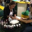 Manicure demonstrando o Floc Fácil nas unhas
